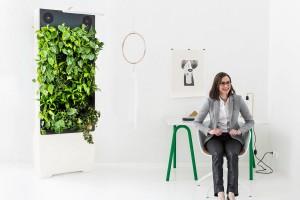 En kvinna och Naavas grönvägg.