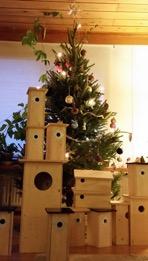 Fågelholkar under julgranen.
