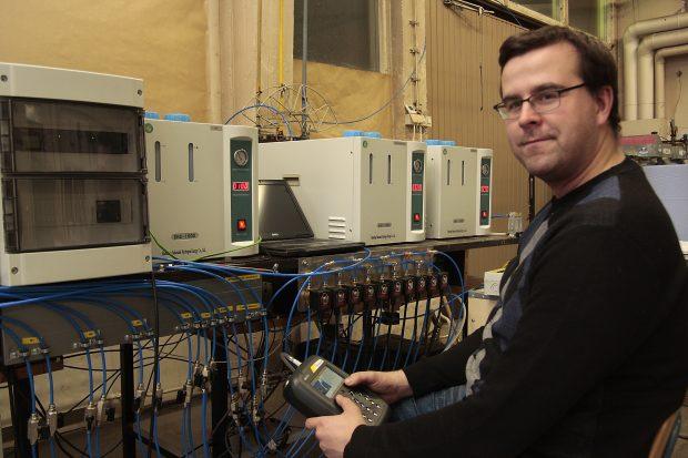 Marko Niskanen, en av metodens utvecklare fjärrstyr biometaniseringsprocessen.