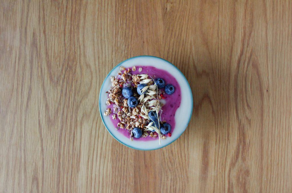 Yoghurt med blåbär och musli.